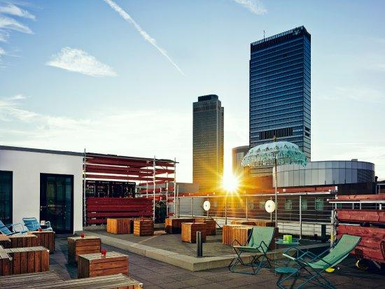 dachterrasse rooftop terrace bild von 25hours hotel by levi 39 s frankfurt am main tripadvisor. Black Bedroom Furniture Sets. Home Design Ideas