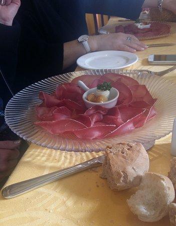 Bianzone, Italy: bresaola , te la servono con cestino di panini vari e tre oli !!