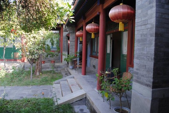 Beijing Sihe Courtyard Hotel: Red lanterns outside one of the courtyard rooms