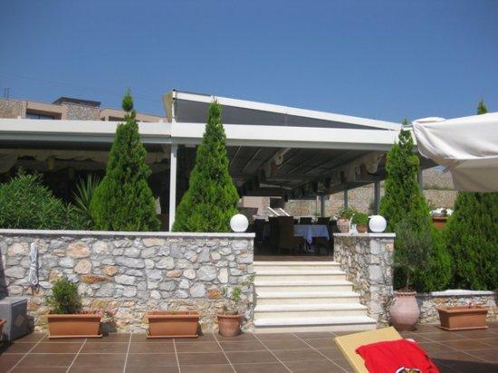 Vasilias, Greece: Ingång till hotellets restaurang Lamyra