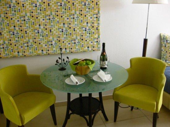 Kassandra Bay Resort & SPA: Välkomstdryck och fruktkorg som yttes ut varje dag
