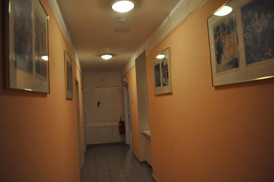 Hotel Gabriel: Дом старый, поэтому проходы узкие