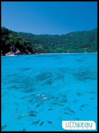 ฉลอง, ไทย: Racha Noi about to take a dive into the blue
