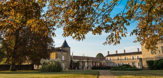 Portets, فرنسا: Château de Portets domine la Garonne de son importante façade à l'architecture Renaissance. 