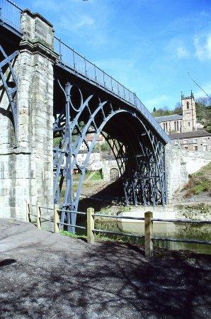 Ironbridge, UK: 很美的鐵橋,不只是因為世界第一座而值德一舫,在美麗的河谷襯托下,更是美不勝收!