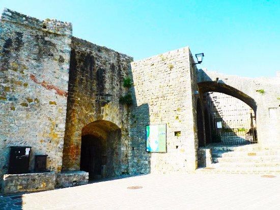 Ulcinj, Monténégro : Вид на крепость и площадь рабов