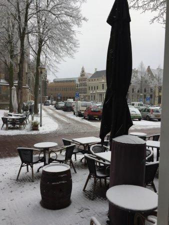 Het Grote Kerkhof in Deventer was ijskoud maar binnen was het warm en gezellig.