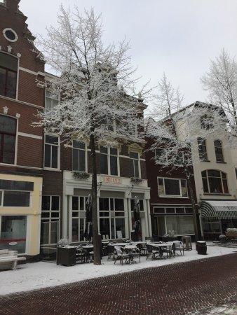 Het was ijskoud op het Grote Kerkhof in Deventer maar binnen was het warm en gezellig.