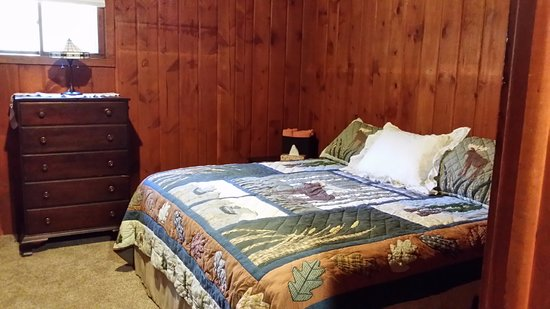 Boyne City, MI: Several rooms offer a king size bed and twin bunks - perfect for families!
