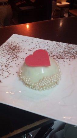 Robion, Frankrijk: Dome framboise et glacage miroir au chocolat blanc, sur lit de génoise