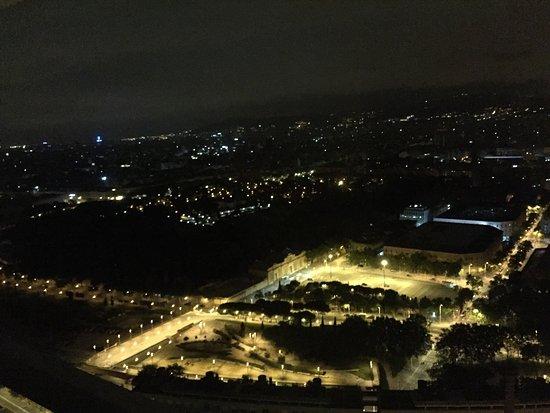 Hotel Arts Barcelona: Vistas de noche desde la habitación