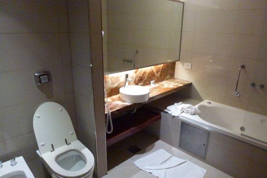 Design Suites Salta: Lavabo baignoire-douche bidet WC