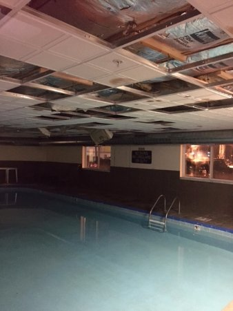 Elyria, OH: Ceiling falling down in pool area