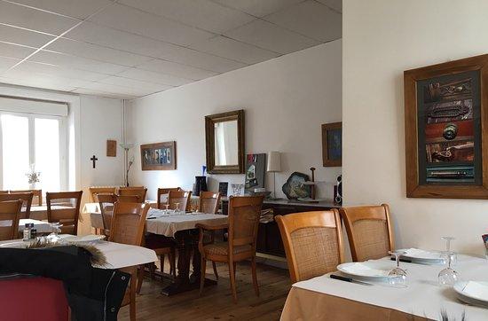 Tence, Frankrijk: Une des salles du restaurant Le Chatiague et le menu.