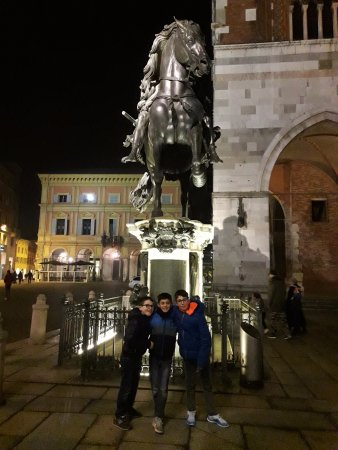Piacenza, Italie : Alessandro Draghi, Alessio Castignoli e Filippo Casaroli posano davanti ad Alessandro Farnese