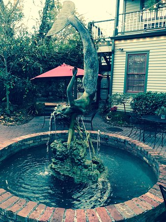 Florida House Inn: Courtyard Fountain