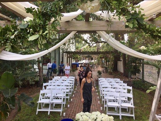 Florida House Inn: Outside ceremony