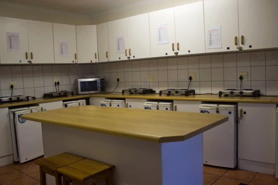 Bay Cove Inn Bed and Breakfast: Communal kitchen. Each room is allocated its own lock-up unit for self catering