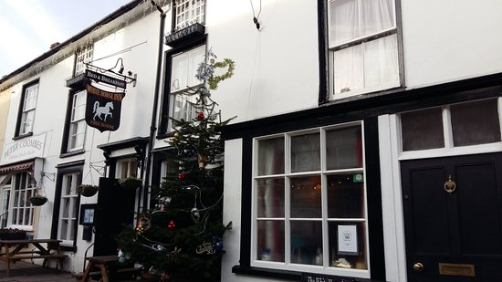 Clun, UK: Decorated outside for Christmas