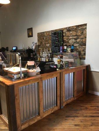Del Norte, Kolorado: Great roomie coffee house! Delicious coffee! Very friendly people! Worth the stop in Dell Norte.