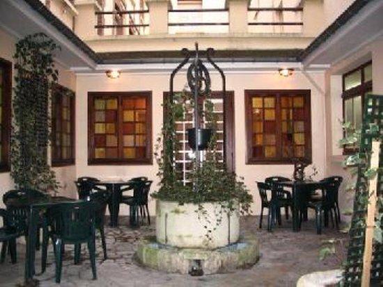 Les hôtes de Cézanne : patio avec barbecue a disposition