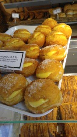 Picton Village Bakkerij: Donuts stuffed with custard