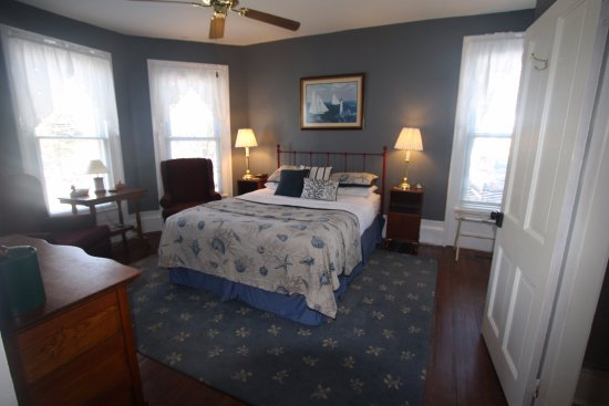 Beaufort, NC: Cape Lookout room, Queen Jr. Suite, spacious room with bay windows.