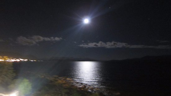 Hotel Huemul: Moon over lake