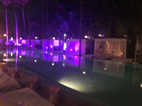 Delano South Beach Hotel: Super ambiance le soir . Piscine très agréable avec une légère musique tout au long de la journé