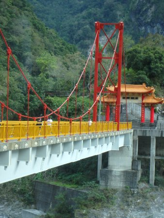 Hualien, Tayvan: up close view of bridge over river in taroko national forest