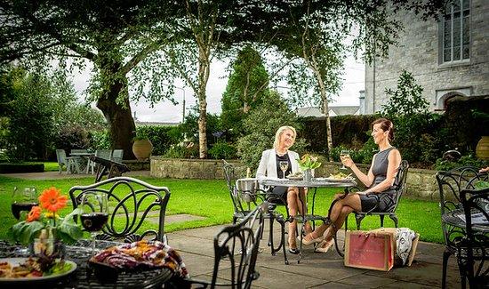 เอนนิส, ไอร์แลนด์: Enjoying Lunch in the Garden at The Old Ground Hotel