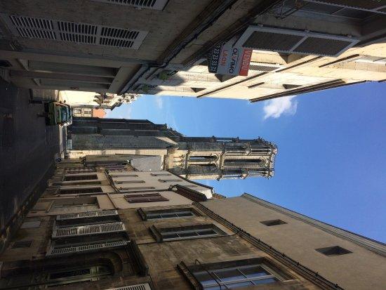 Laon, Frankrig: Bovenste kamer in hotel :-) torentje en de straat van het hotel