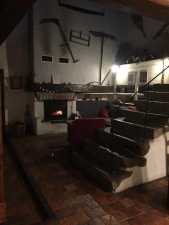 Targasonne, Fransa: Table du soir , coin cheminée, et les pots vides du petit dej..