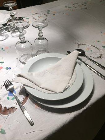 Targasonne, França: Table du soir , coin cheminée, et les pots vides du petit dej..