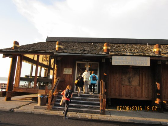 Grant Village Lakehouse Restaurant: entrata del ristorante in riva al lago