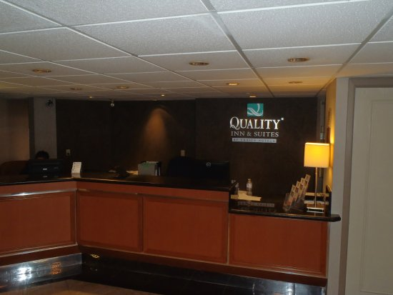 Quality Inn & Suites Mississauga: Check in Desk
