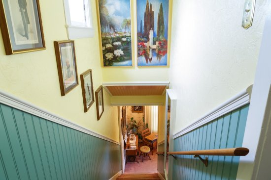 Roseberry House Bed & Breakfast: Stairway to the Guest Rooms