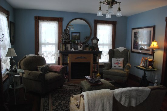 Bellaire, MI: Guest living room with comfy seating, loads of great books and fireplace