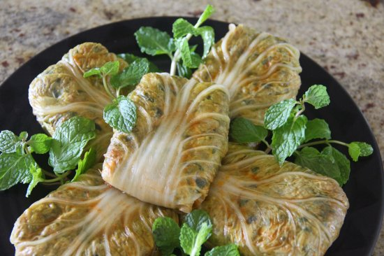 Lawai, Havaí: Haft Rang Dolmeh ~ Kauai-grown cabbage leaf stuffed with eggplant, zucchini, herbs, walnut, Basm