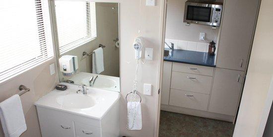 Kingston, Nowa Zelandia: Motel Unit #10 bathroom and kitchen
