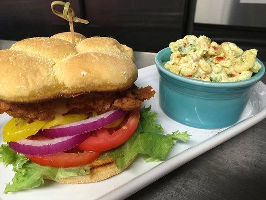 Williamson, Virginia Occidental: Fried Chicken Sandwich & Pasta Salad