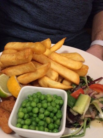 Porthmadog, UK: Scampi, peas and chips