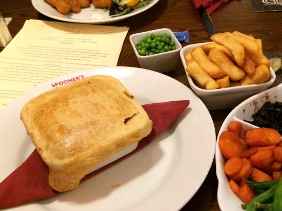 ‪‪Porthmadog‬, UK: Steak and Ale pie with veggies and chips‬