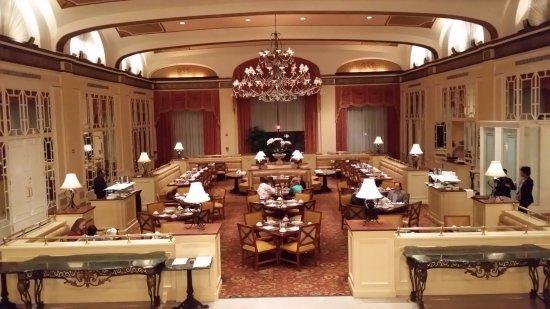 Omni Shoreham Hotel: Ресторан в холле, где проходят завтраки.