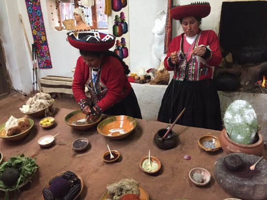 Chinchero, Peru: Weaving cooperative Balcon del Inka, Chichero - wool washing demonstration