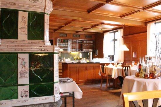 Gasthof zum Hirschen : 古いオーブンがそのまま残っているバー