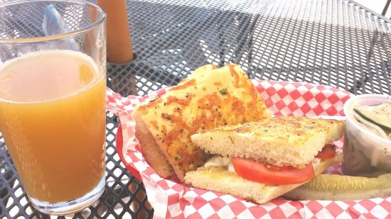 Palisade, Κολοράντο: Summer caprese sandwich with a seasonal peach IPA