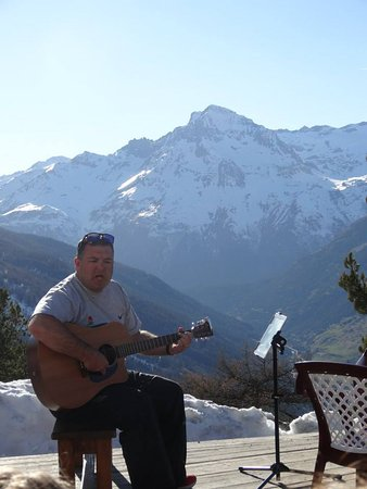 Lanslevillard, Francia: Is there a better backdrop to strum? Fantastic food location location location