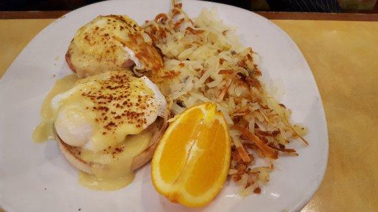 Bannockburn, Ιλινόις: Classic Eggs Benedict with Hashbrowns.