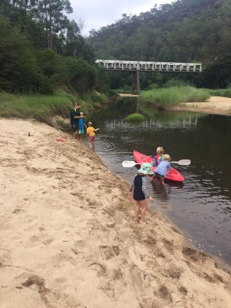 St. Albans, Australia: Kids loved the kayak and paddle board provided by Rob and Kate